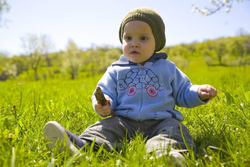 chłopcy trawy grać fotografia stock