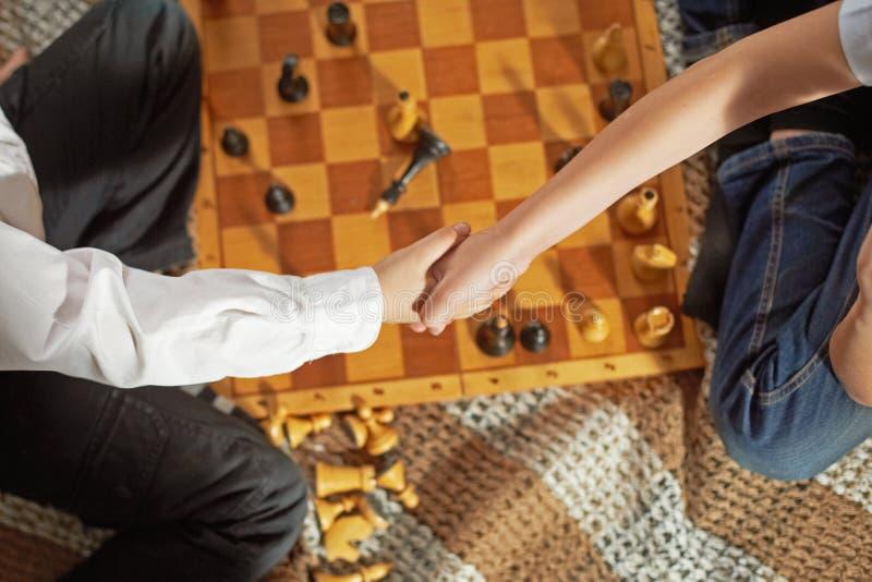chłopcy w szachy grać zdjęcia stock