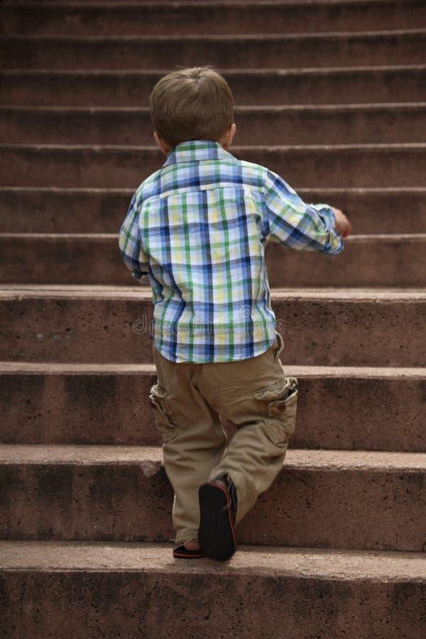 chłopcy wspinaczkowi schody. fotografia royalty free
