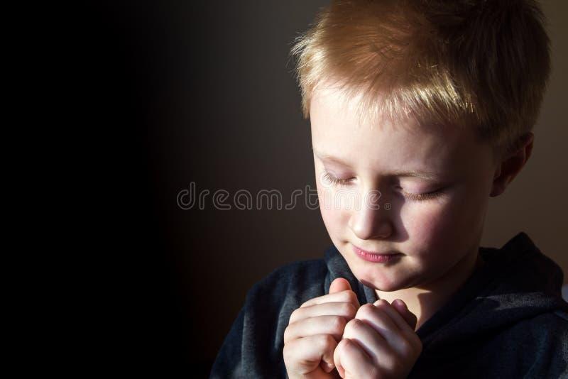chłopcy young modlenie zdjęcia stock