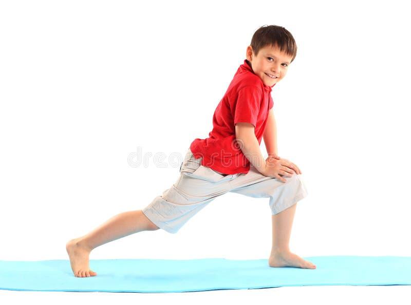 Chłopiec ćwiczy. zdjęcie royalty free