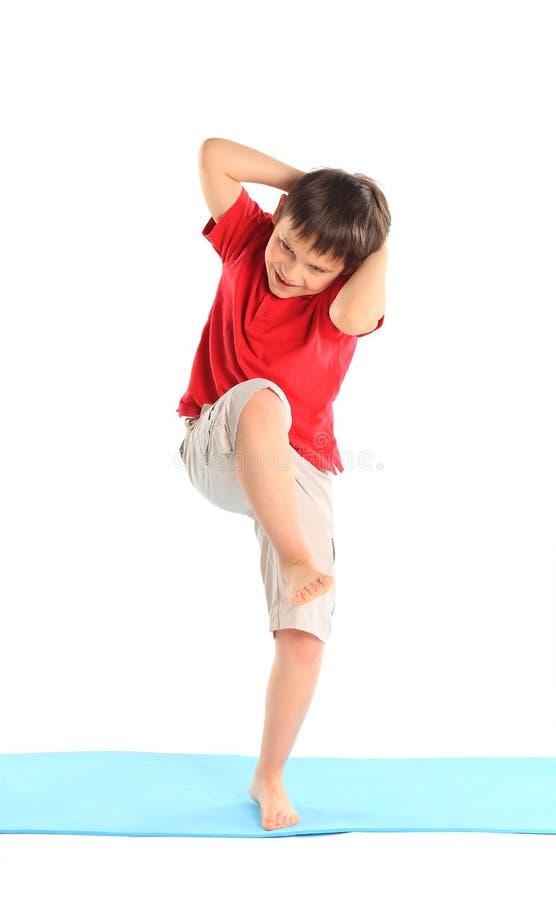 Chłopiec ćwiczy. obrazy royalty free