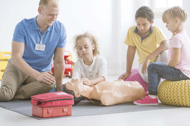 Chłopiec ćwiczy reanimacja na manikin obrazy stock
