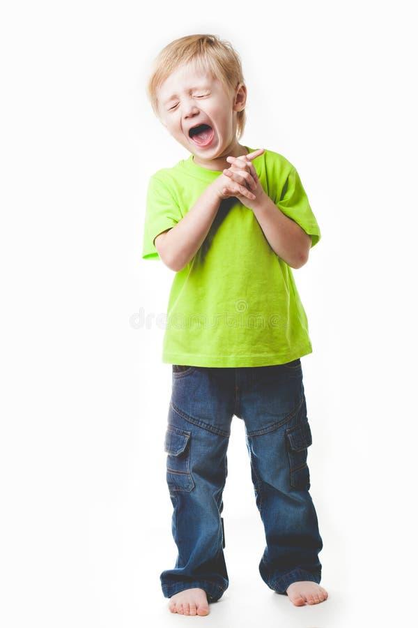 Chłopiec śmia się z jej oczami zamykającymi, zdjęcie stock