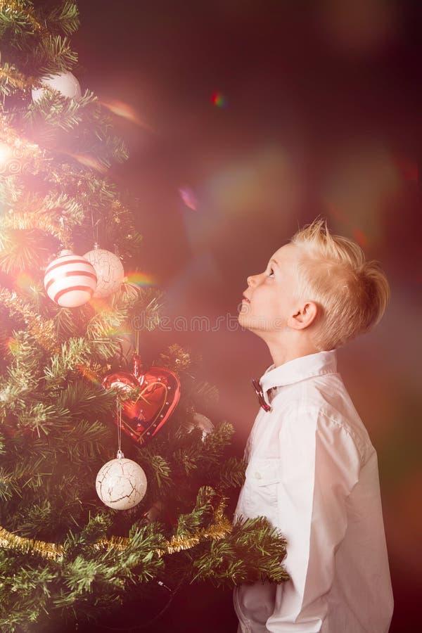 Chłopiec świętuje magię boże narodzenia zdjęcie stock