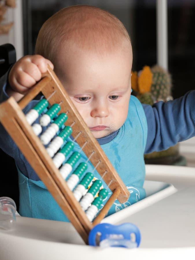 Chłopiec 6 bawić się z abakusem obrazy royalty free