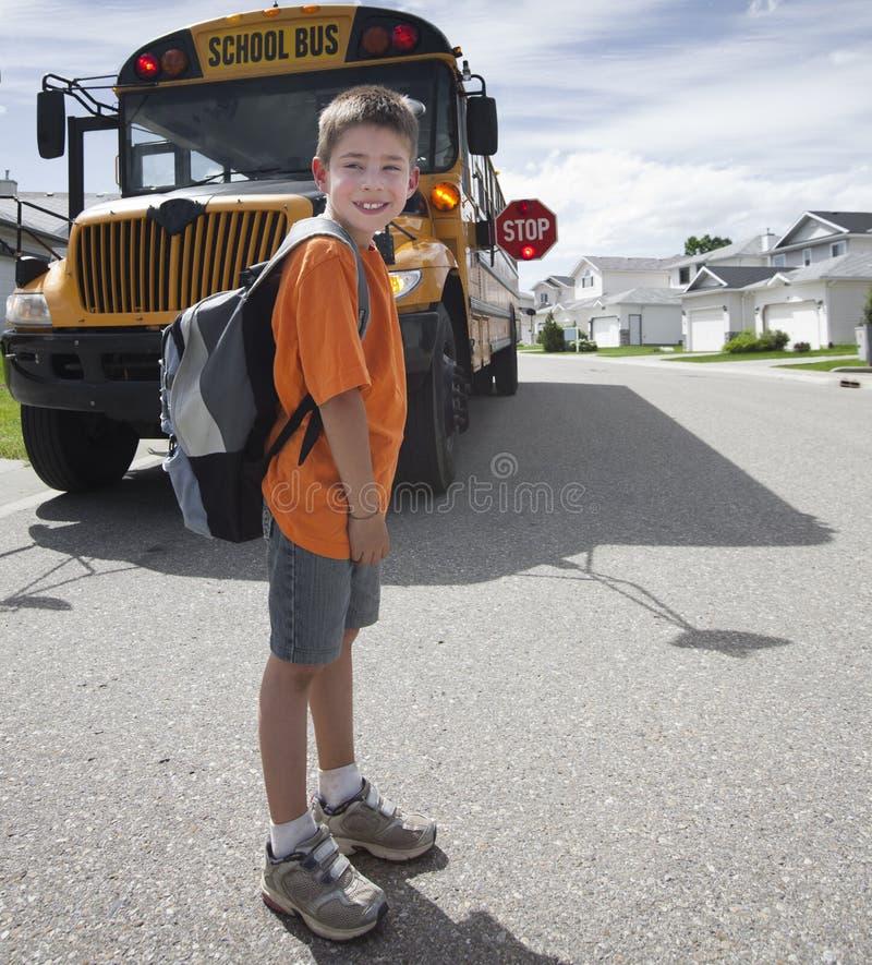 chłopiec autobusowy skrzyżowanie przodu szkoły kolor żółty potomstw zdjęcia stock