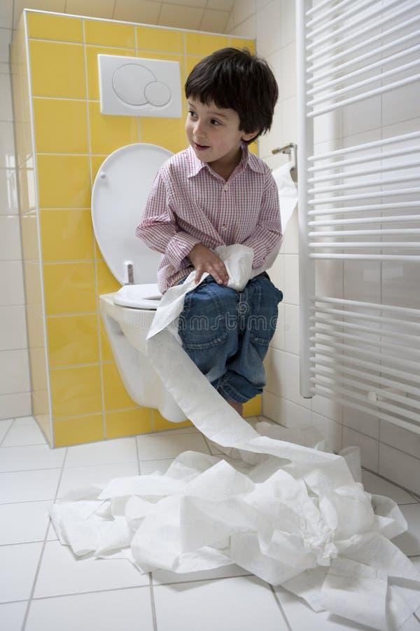chłopiec bałagan mały robi niegrzeczny toiletpaper fotografia royalty free