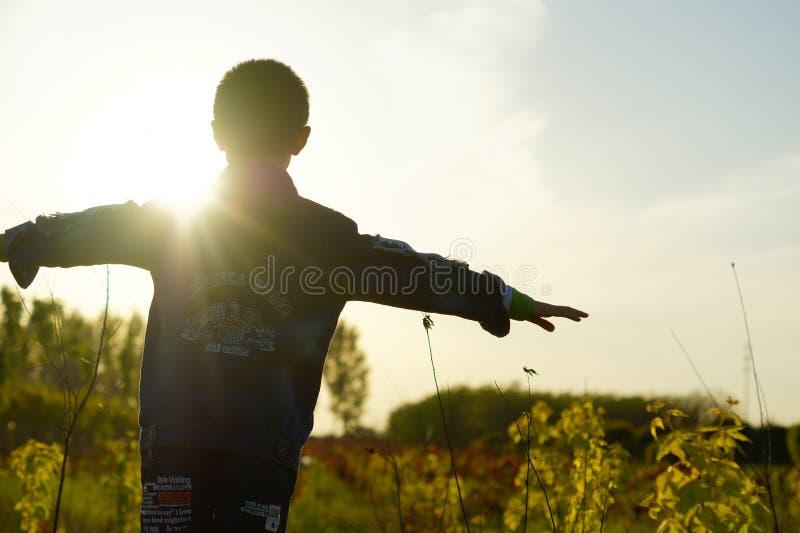 Chłopiec, backlight, zmierzchy, postać obrazy stock