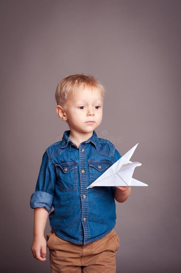 chłopiec bawić się śliczny zdjęcia stock