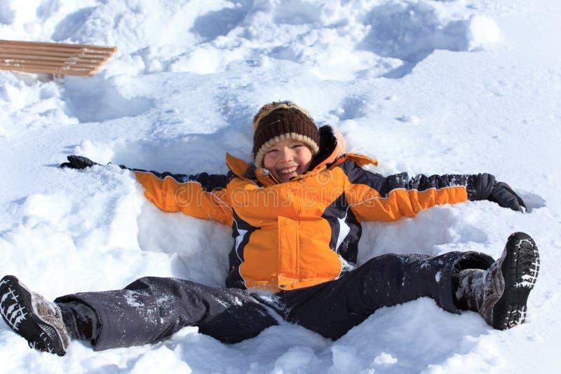 Download Chłopiec bawić się śnieg obraz stock. Obraz złożonej z przyjemność - 13342535