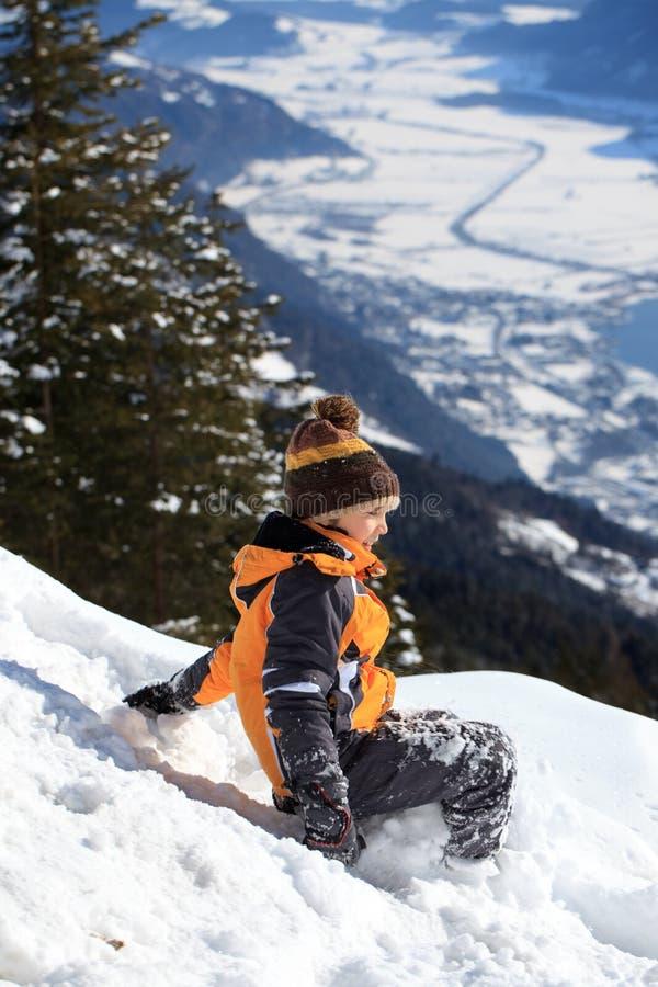 Download Chłopiec bawić się śnieg obraz stock. Obraz złożonej z góra - 13342623