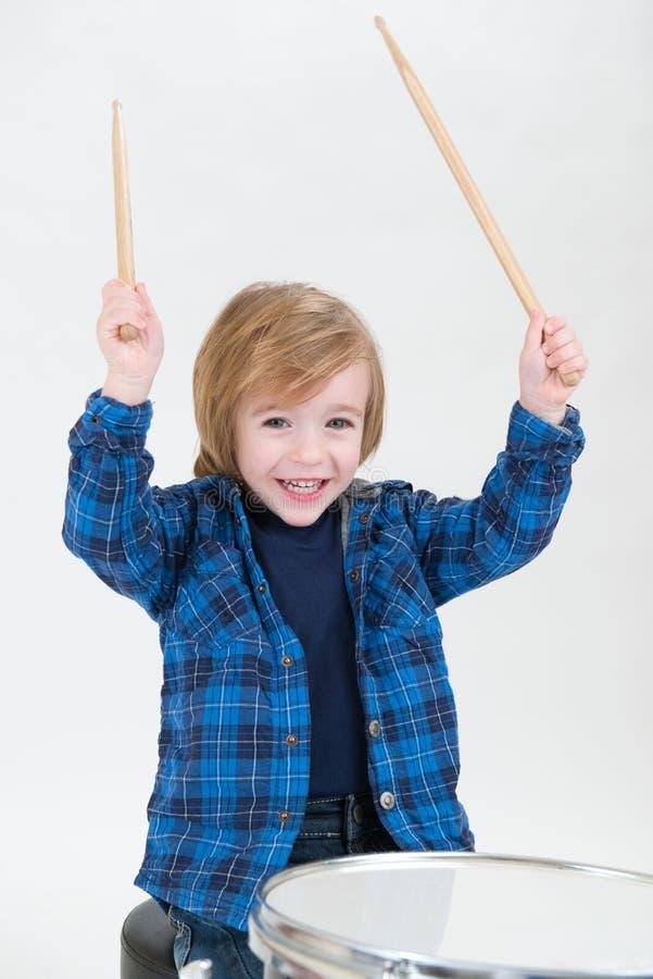Chłopiec bawić się bębeny zdjęcie royalty free