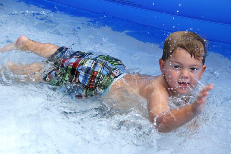 chłopiec bawić się basenu obrazy royalty free