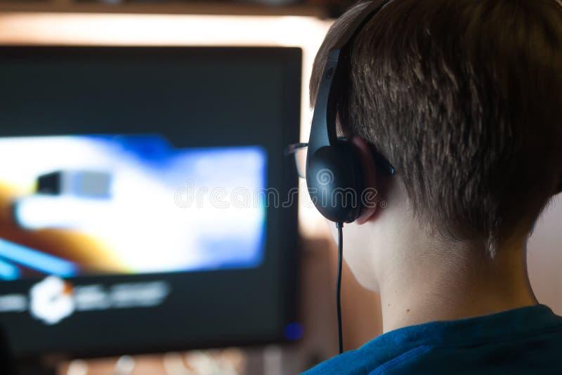 Chłopiec bawić się grę komputerową zdjęcie royalty free