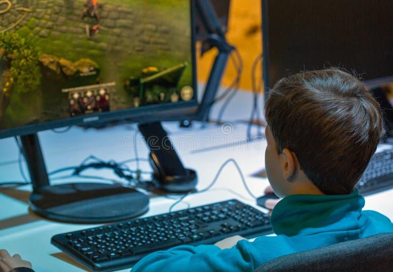 Chłopiec bawić się grę komputerową podczas CEE 2017 w Kijów, Ukraina obraz royalty free