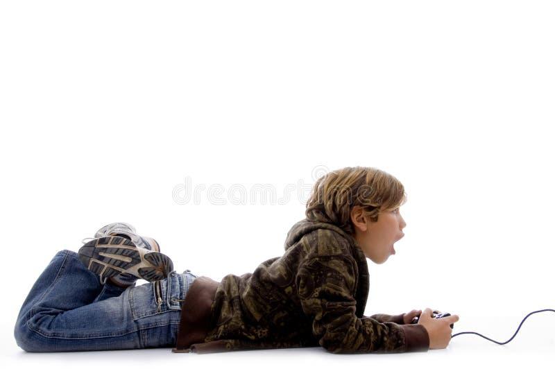 chłopiec bawić się gra wideo szokującego bocznego widok zdjęcia stock