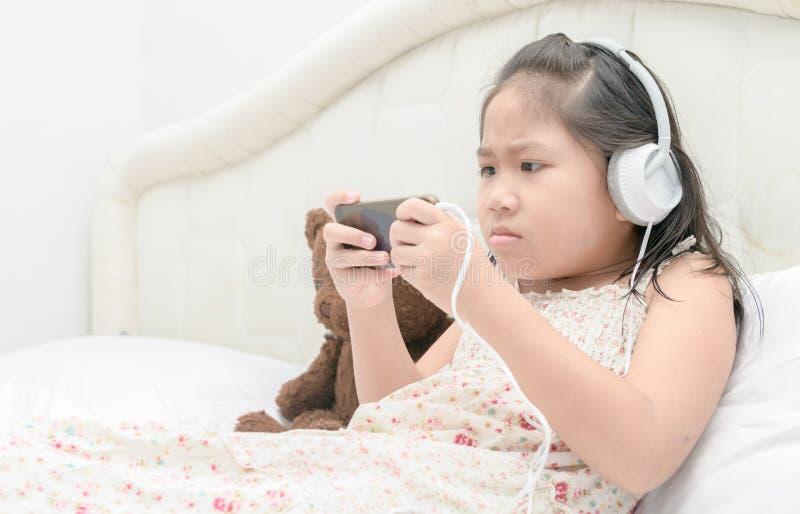 Chłopiec bawić się gry z twój telefonem komórkowym zdjęcie royalty free