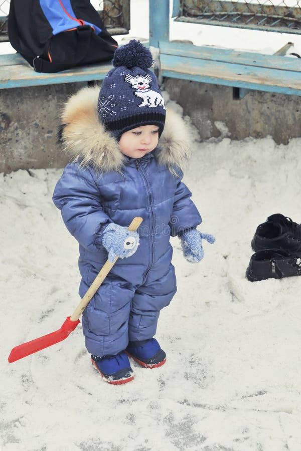 Chłopiec bawić się hokeja zdjęcie royalty free