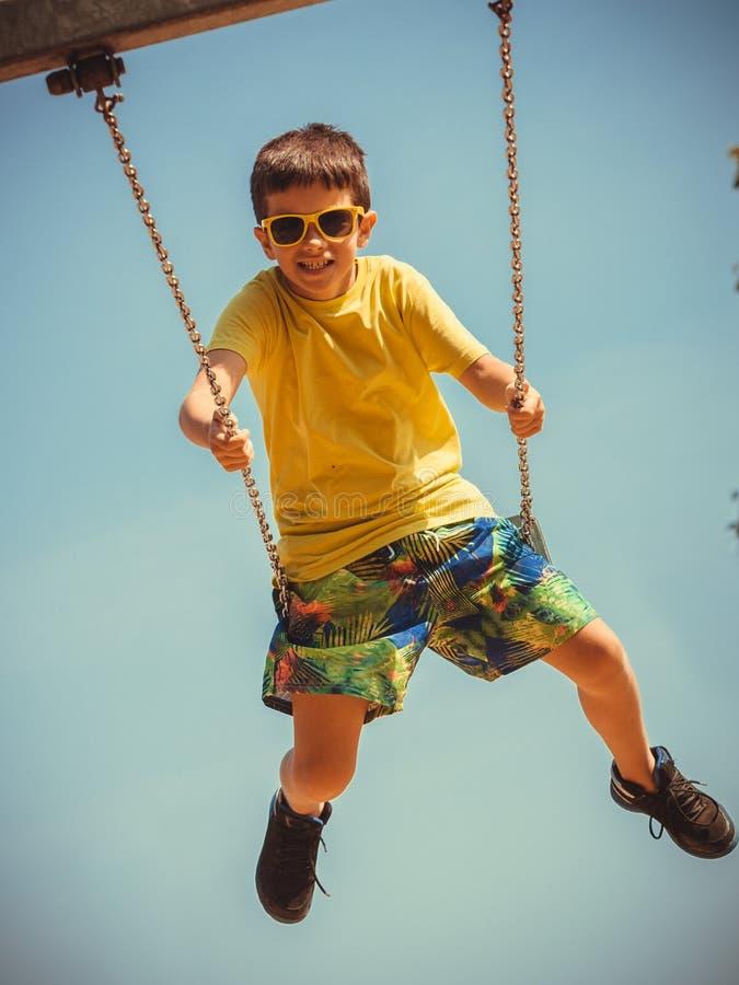 Chłopiec bawić się huśtać się ustawiający zdjęcie royalty free