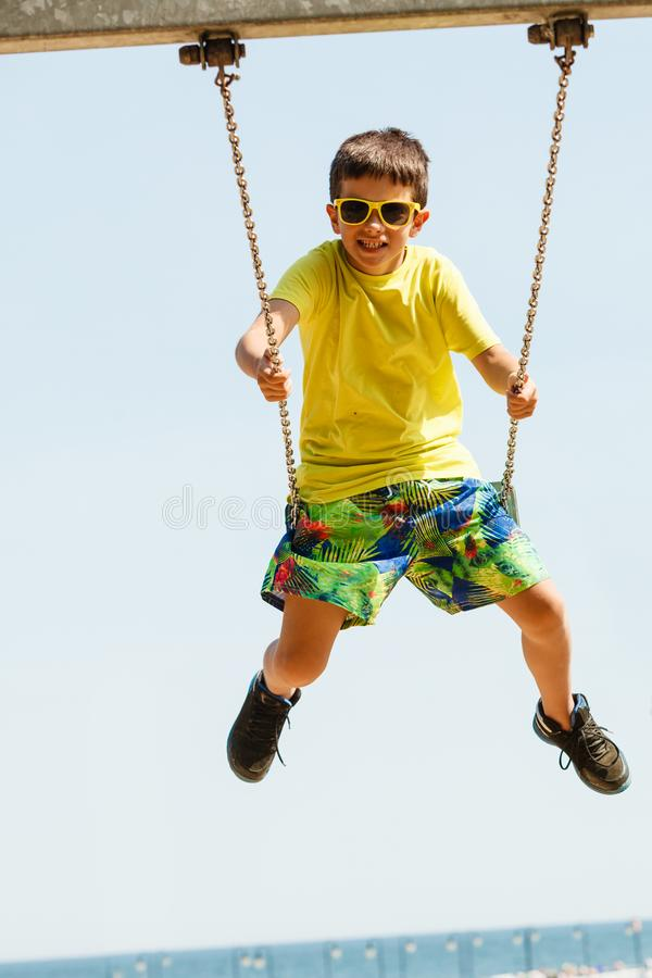Chłopiec bawić się huśtać się ustawiający obraz stock