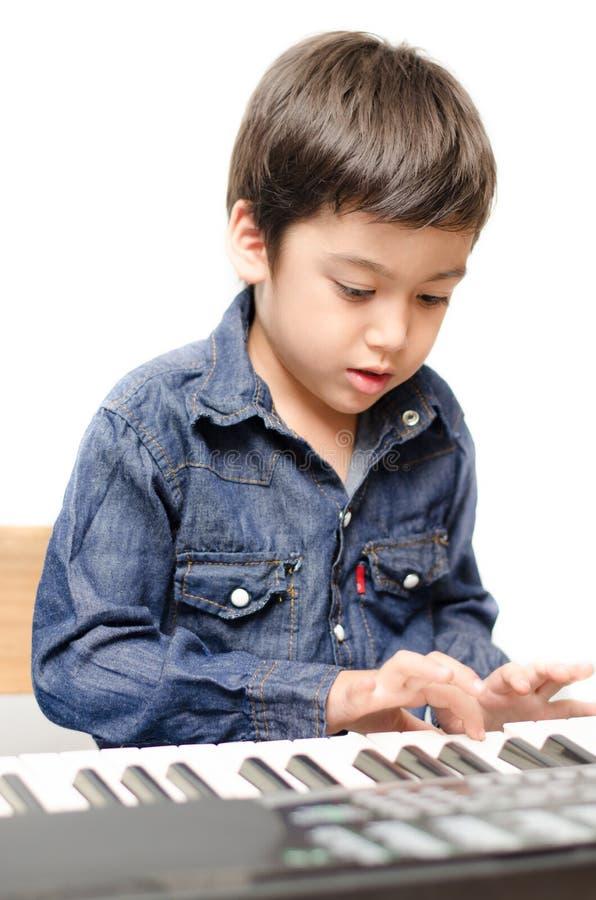 Chłopiec bawić się klawiaturę zdjęcia stock