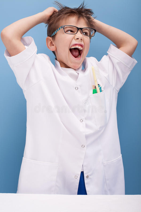 Chłopiec bawić się lekarkę obrazy royalty free
