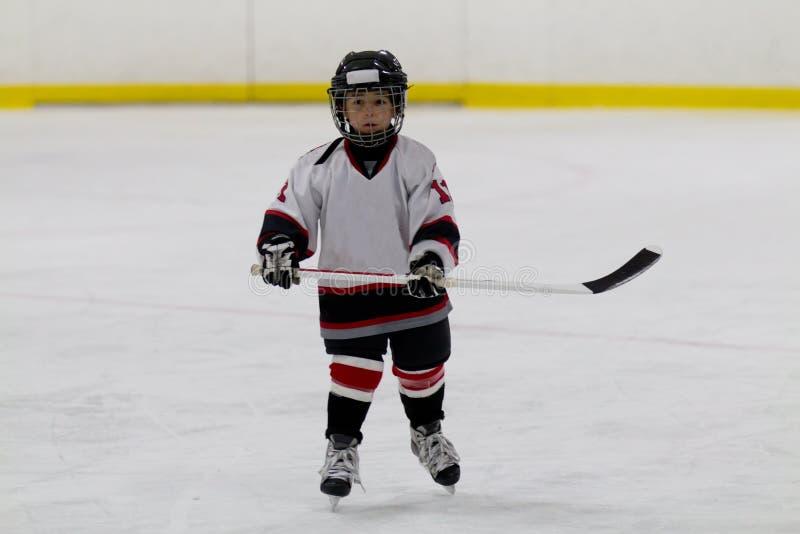 Chłopiec bawić się lodowego hokeja zdjęcia stock