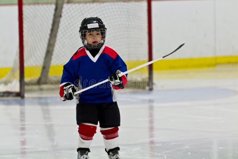 Chłopiec bawić się lodowego hokeja w arenie obraz stock