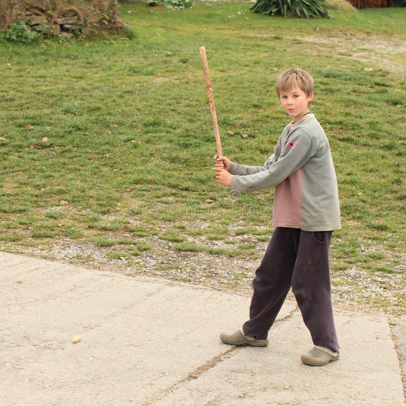 Chłopiec bawić się młotkujący szpaczka zdjęcia stock