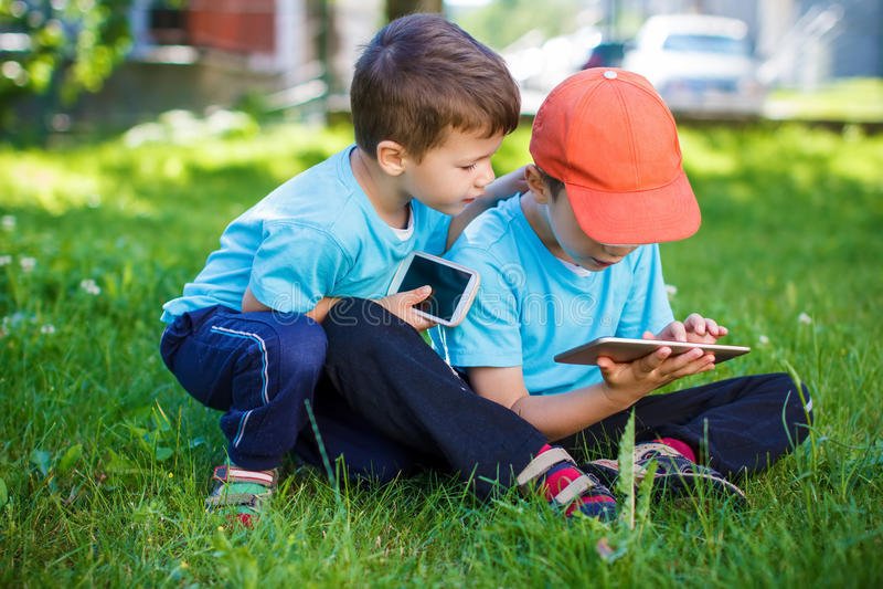 Chłopiec bawić się na bezprzewodowych narzędziach zdjęcie stock
