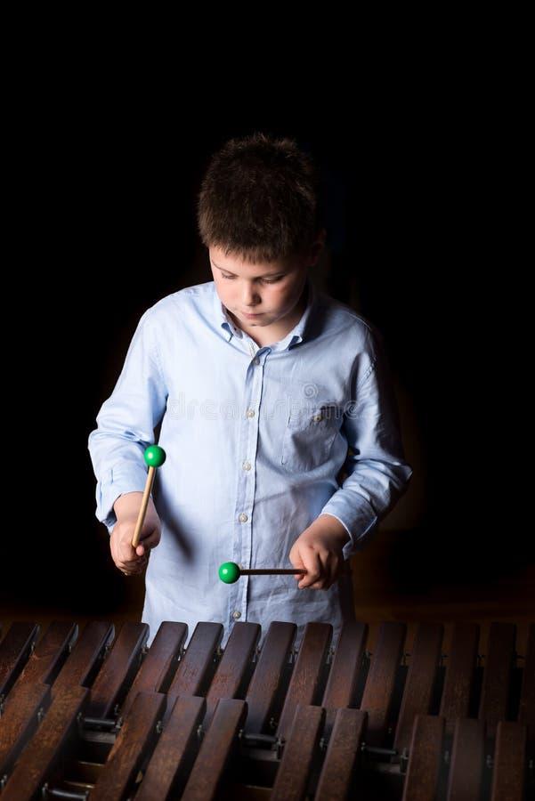 Chłopiec bawić się na ksylofonie obrazy stock