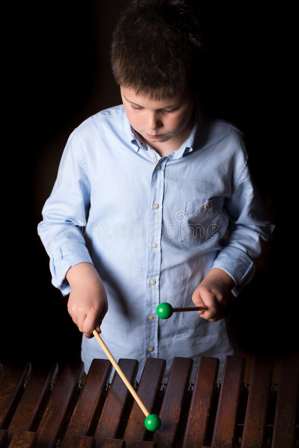 Chłopiec bawić się na ksylofonie fotografia royalty free