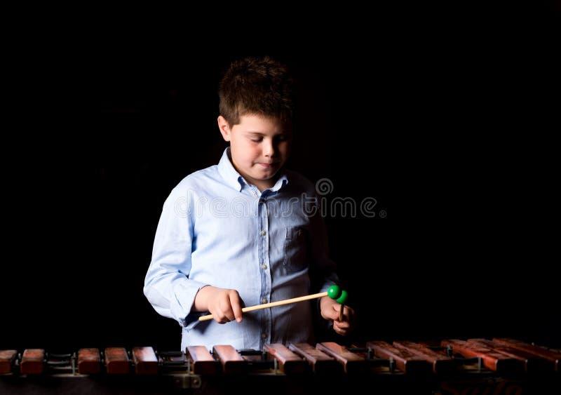 Chłopiec bawić się na ksylofonie zdjęcia stock