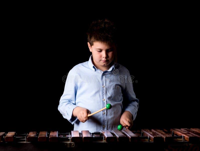 Chłopiec bawić się na ksylofonie obraz stock