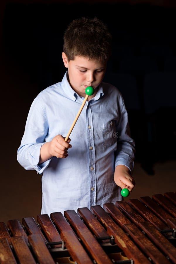 Chłopiec bawić się na ksylofonie zdjęcie stock