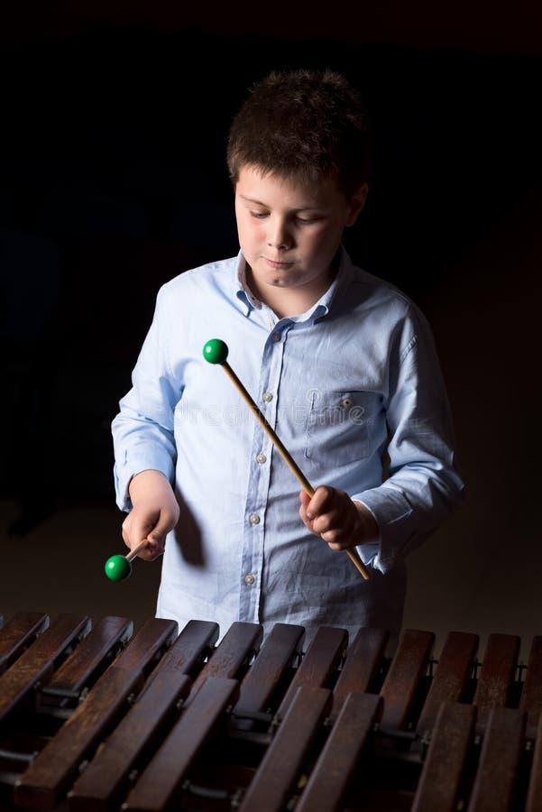 Chłopiec bawić się na ksylofonie obraz royalty free