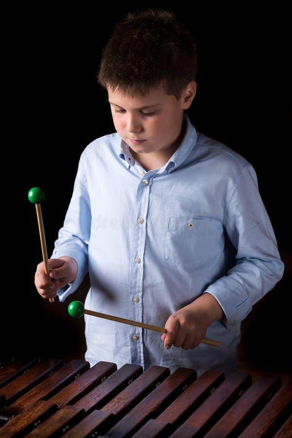Chłopiec bawić się na ksylofonie zdjęcie royalty free