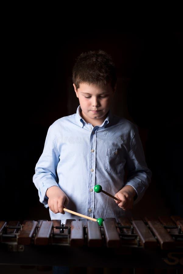 Chłopiec bawić się na ksylofonie zdjęcia royalty free