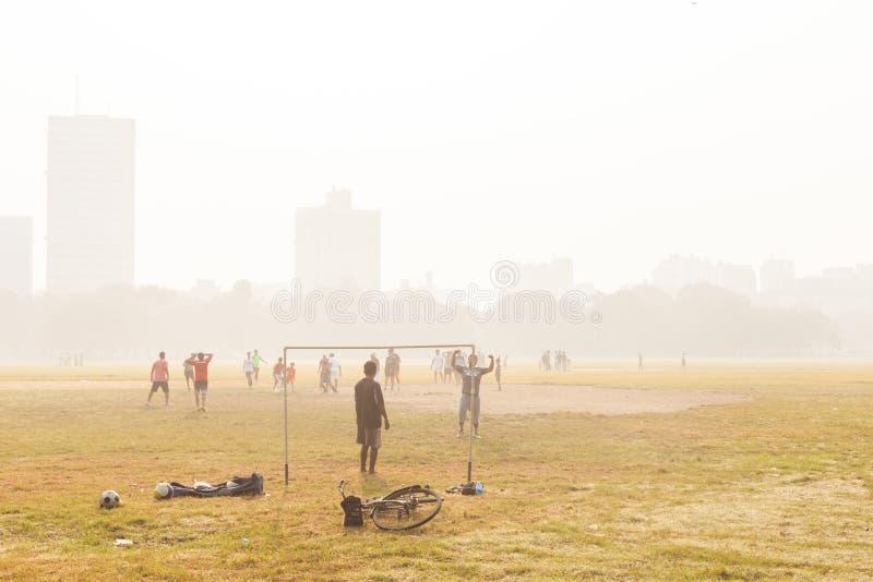 Chłopiec bawić się piłkę nożną, Kolkata, India zdjęcie royalty free
