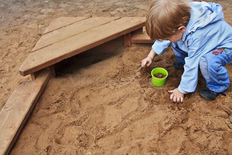 chłopiec bawić się piasek zdjęcie stock