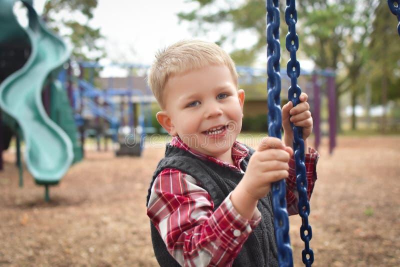 Chłopiec bawić się przy parkiem zdjęcie royalty free