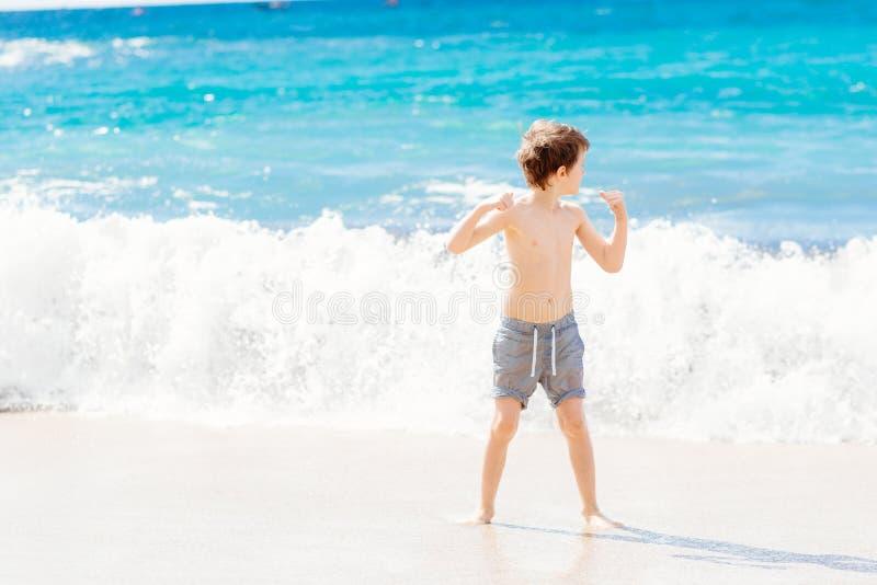 Chłopiec bawić się przy plażą Szczęśliwi wakacje obraz royalty free