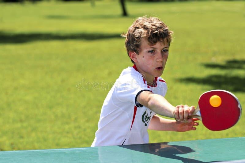 chłopiec bawić się stołowego tenisa obrazy stock