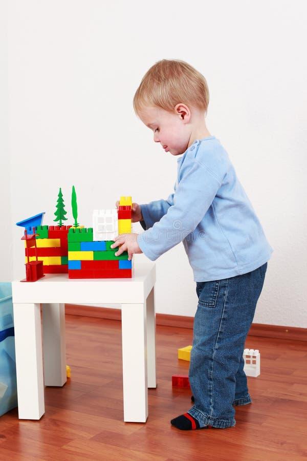 chłopiec bawić się uroczy obraz stock