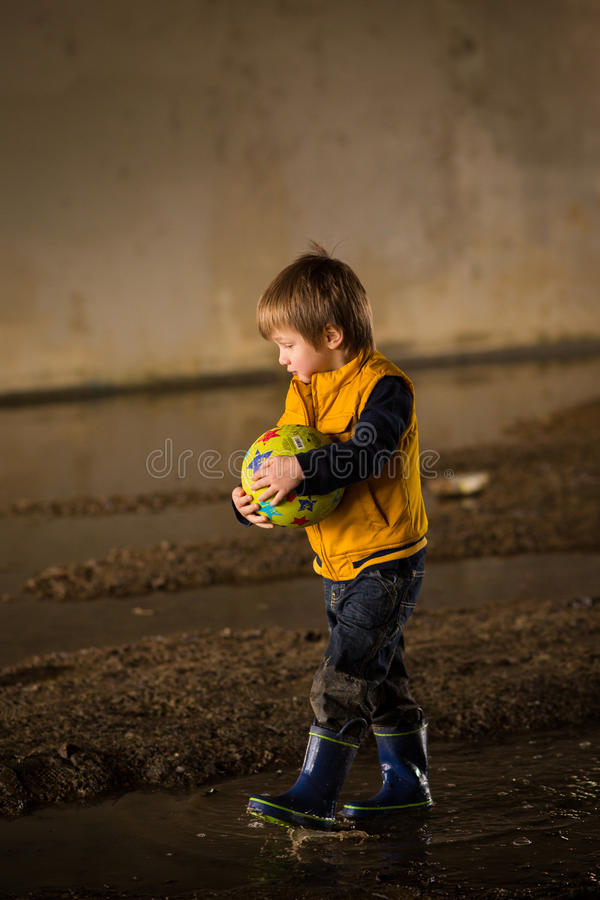 Chłopiec bawić się w błocie fotografia stock