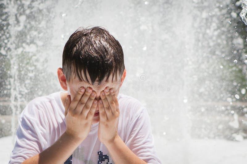 Chłopiec Bawić się w fontannie obraz stock