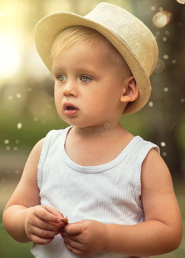 Chłopiec bawić się w parku obrazy stock