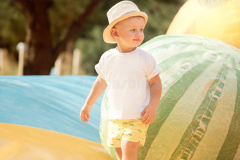 Chłopiec bawić się w parku zdjęcia stock