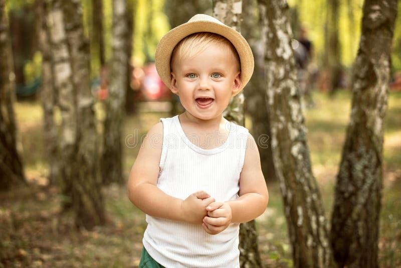 Chłopiec bawić się w parku zdjęcia royalty free